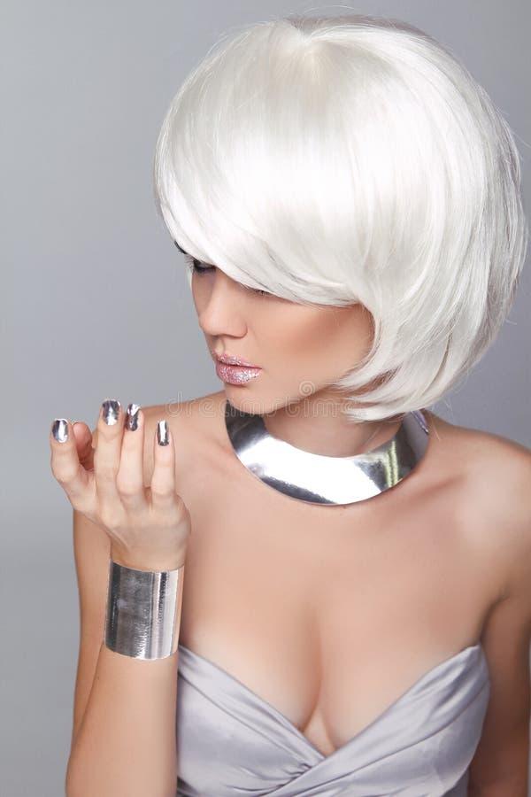 Muchacha rubia de la moda. Mujer del retrato de la belleza. Pelo corto blanco. ISO fotografía de archivo libre de regalías