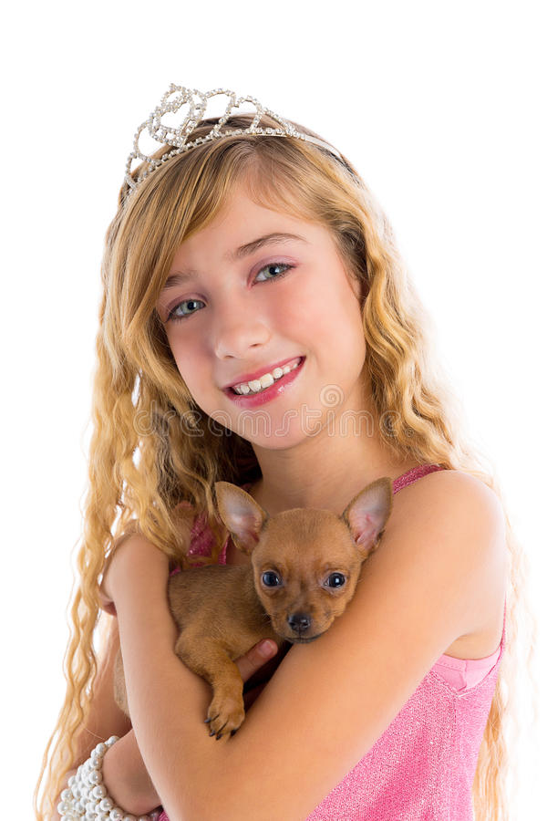 Muchacha rubia de la Princesa Real con la chihuahua del perrito fotos de archivo libres de regalías