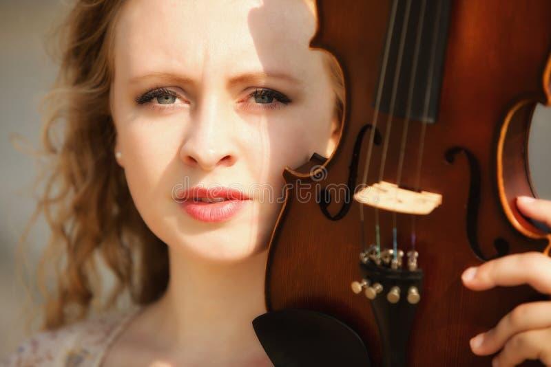 Muchacha rubia del retrato con un violín al aire libre imagen de archivo libre de regalías