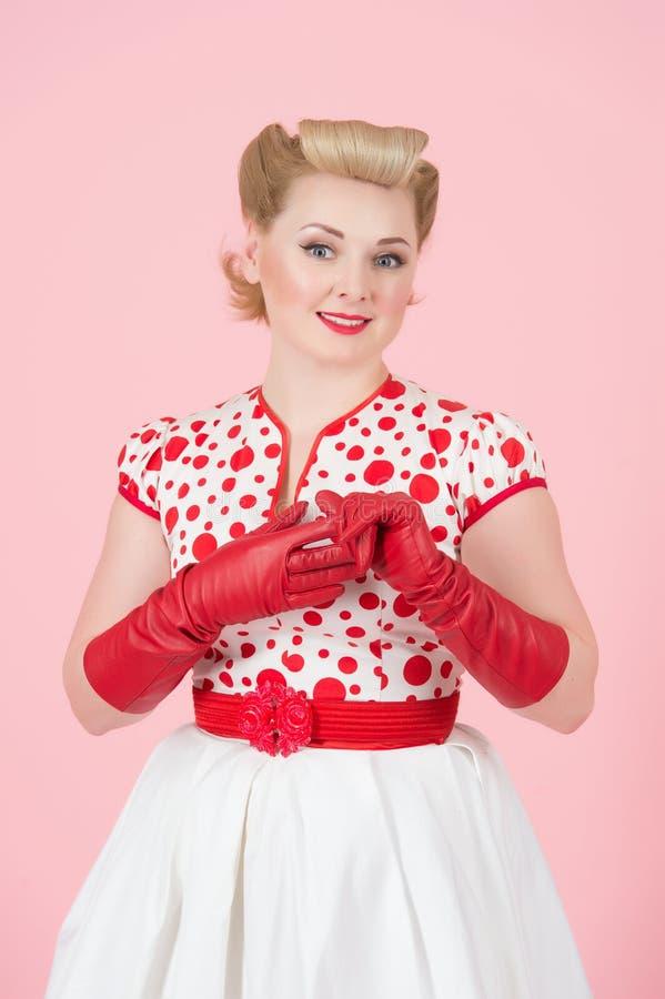 Muchacha rubia en estilo modelo en fondo color de rosa Muchacha rubia sonreída feliz foto de archivo