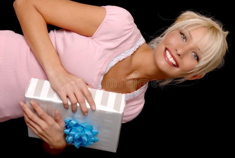 Muchacha rubia encantadora con un regalo fotos de archivo libres de regalías