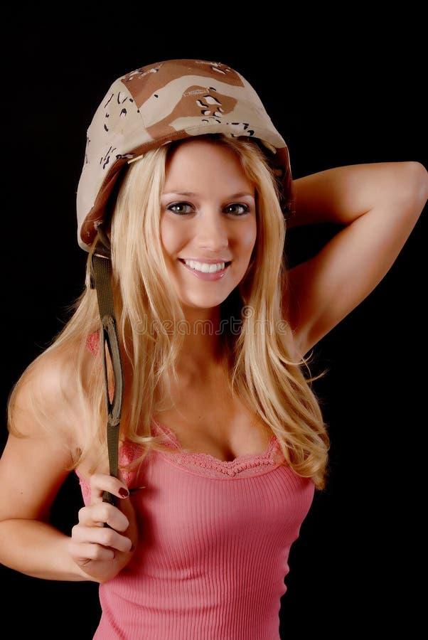Muchacha rubia encantadora del ejército fotografía de archivo