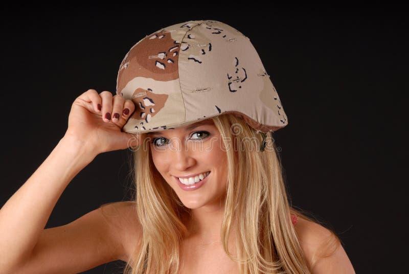 Muchacha rubia encantadora del soldado foto de archivo libre de regalías