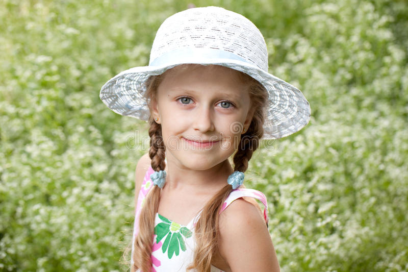 Muchacha rubia encantadora en un sombrero imagenes de archivo