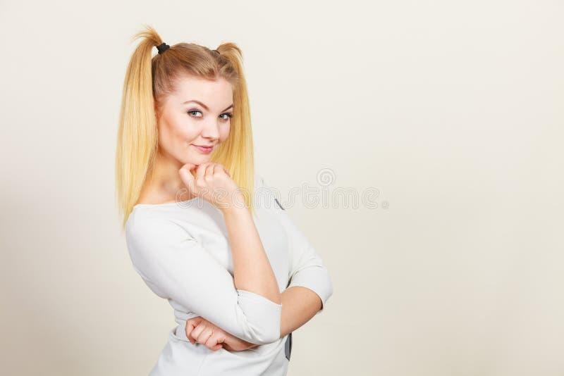 Muchacha rubia feliz del adolescente con las colas de caballo imágenes de archivo libres de regalías