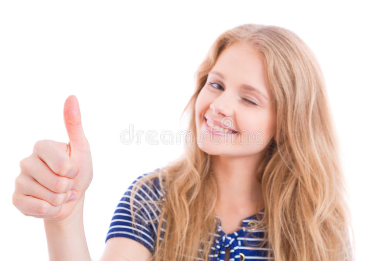 Muchacha rubia feliz que muestra MUY BIEN - el pulgar para arriba fotos de archivo libres de regalías
