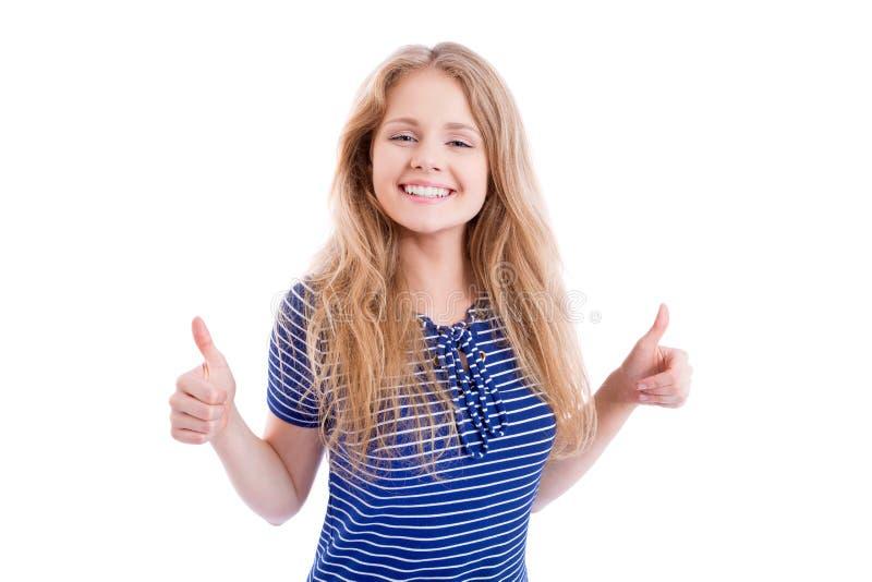 Muchacha rubia feliz que muestra MUY BIEN - los pulgares para arriba imagen de archivo