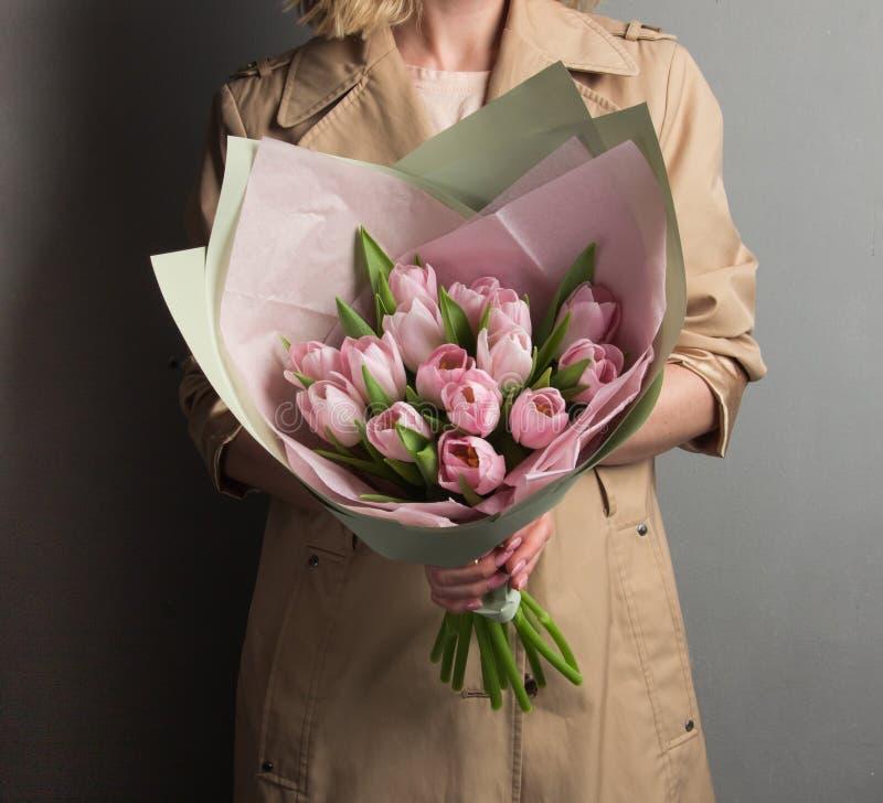 Muchacha rubia hermosa con los rizos que sostienen un ramo enorme de muchacha rubia flowersbeautiful que sostiene un ramo enorme fotos de archivo libres de regalías