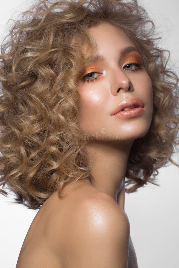 Muchacha rubia hermosa con los rizos y el maquillaje apacible Cara de la belleza foto de archivo libre de regalías