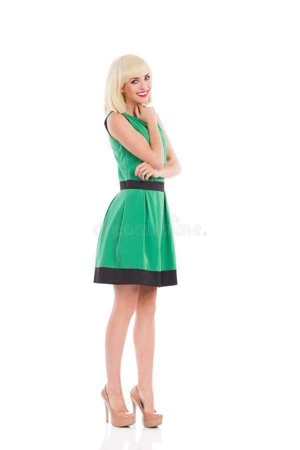Muchacha rubia hermosa en vestido verde imagen de archivo