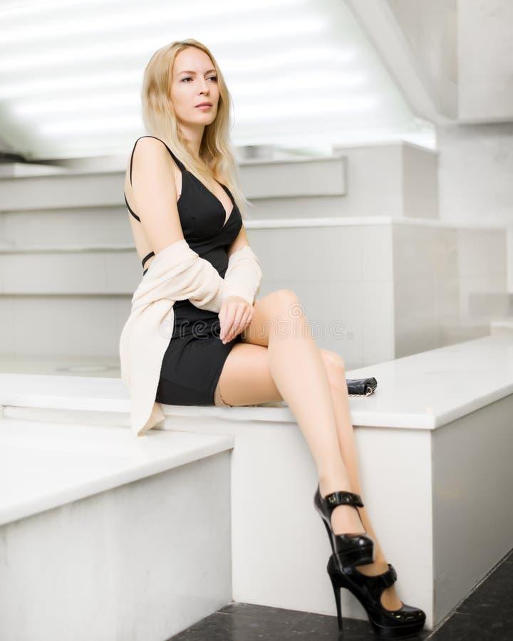 Muchacha rubia hermosa joven con las piernas delgadas largas imagen de archivo libre de regalías
