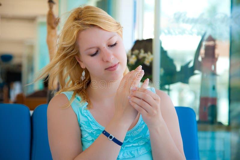 Muchacha rubia hermosa joven que se sienta en café y anillo de la oferta del compromiso que intenta imagen de archivo libre de regalías
