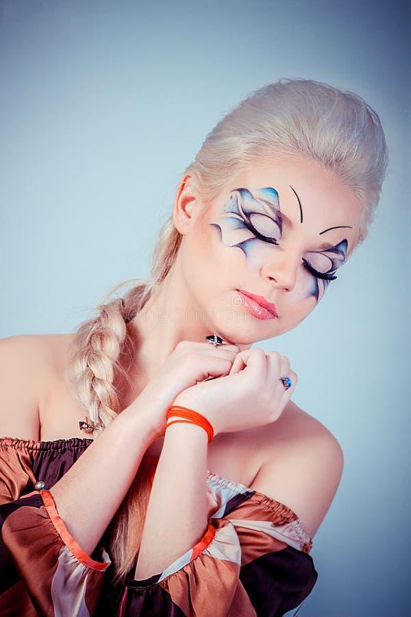Muchacha rubia hermosa Pelo largo sano y maquillaje Entertainmen foto de archivo libre de regalías