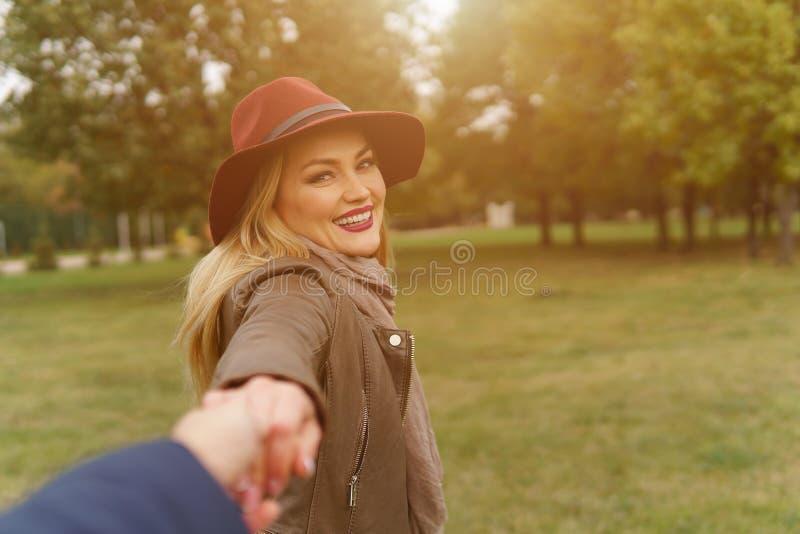 Muchacha rubia hermosa que camina en el parque imagenes de archivo