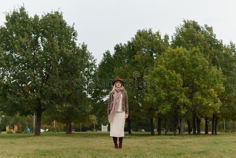 Muchacha rubia hermosa que camina en el parque foto de archivo