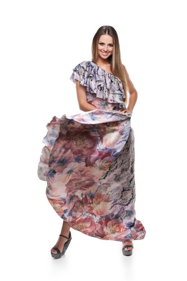 Muchacha rubia hermosa que juega con su falda. fotografía de archivo libre de regalías
