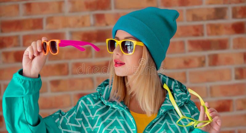 Muchacha rubia joven en chaqueta de deportes 90s fotos de archivo