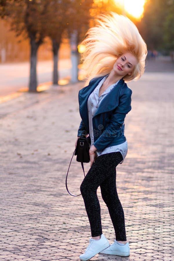 Muchacha rubia joven hermosa con una cara sonriente bonita y ojos hermosos Retrato de una mujer con el pelo largo y la mirada aso imágenes de archivo libres de regalías