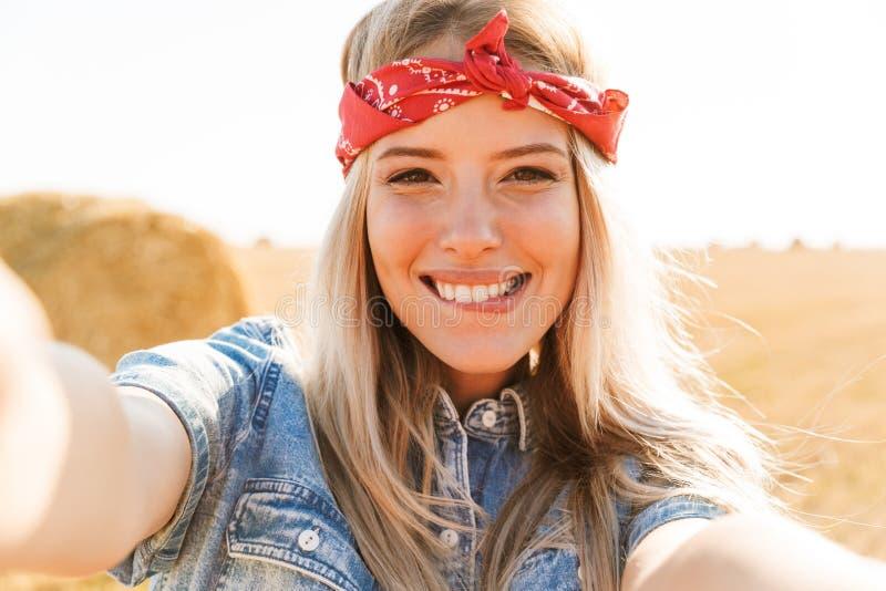 Muchacha rubia joven sonriente foto de archivo