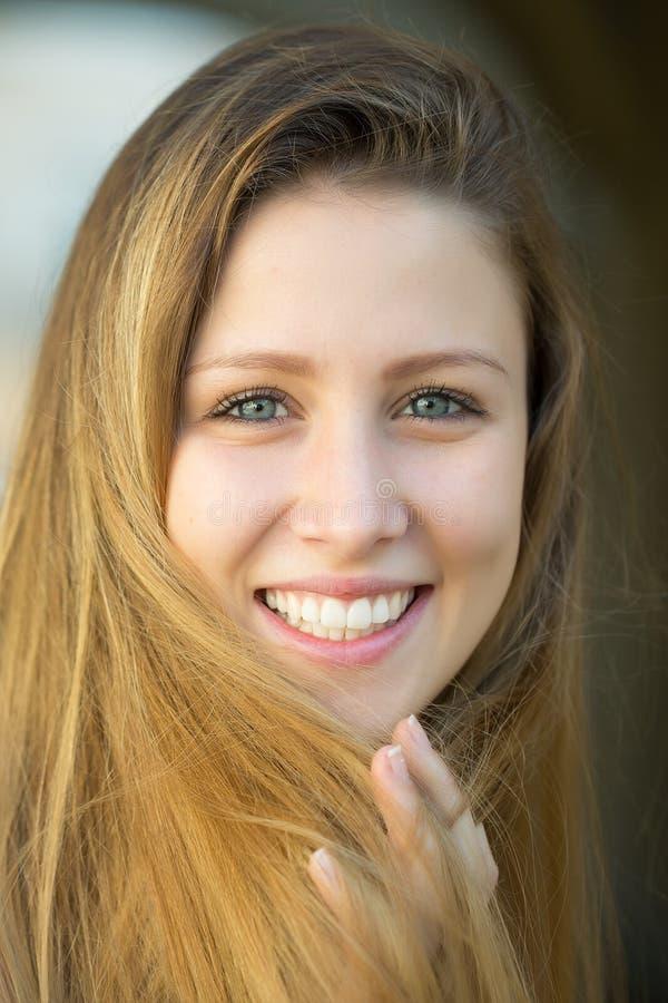 Muchacha rubia joven sonriente foto de archivo libre de regalías