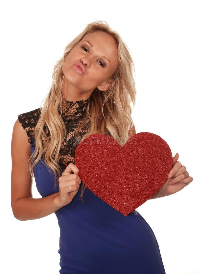 Muchacha rubia magnífica con el corazón rojo grande fotos de archivo libres de regalías