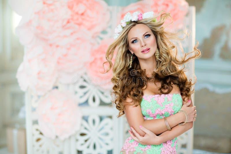 Muchacha rubia muy hermosa y sensual en un vestido del cordón con un wr fotografía de archivo