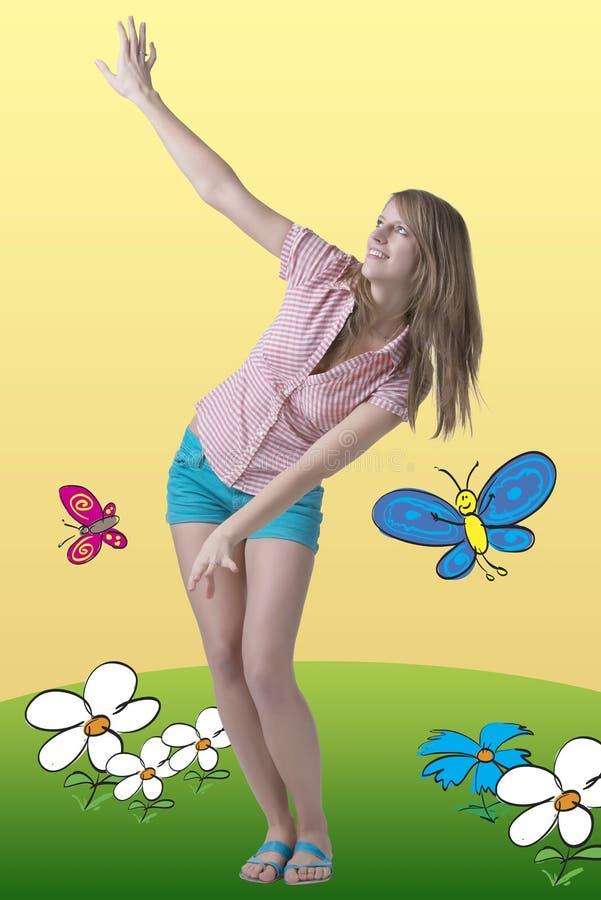 Muchacha feliz y dreamful de la primavera con las mariposas imagen de archivo libre de regalías