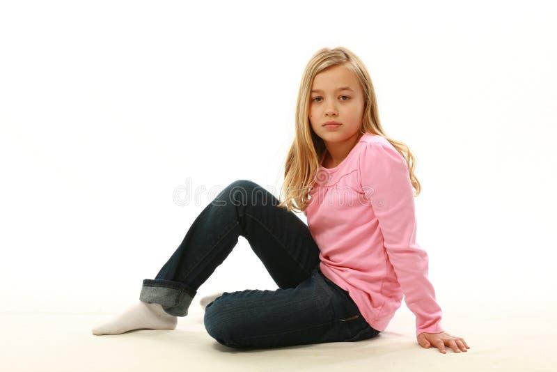 Muchacha rubia que se sienta en piso imágenes de archivo libres de regalías