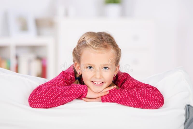 Muchacha rubia relajada en el sofá fotos de archivo libres de regalías