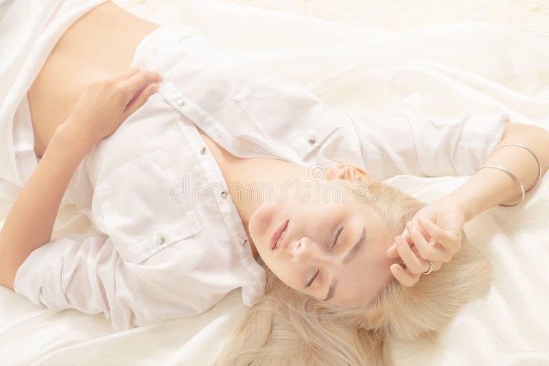 Muchacha rubia sensual foto de archivo libre de regalías