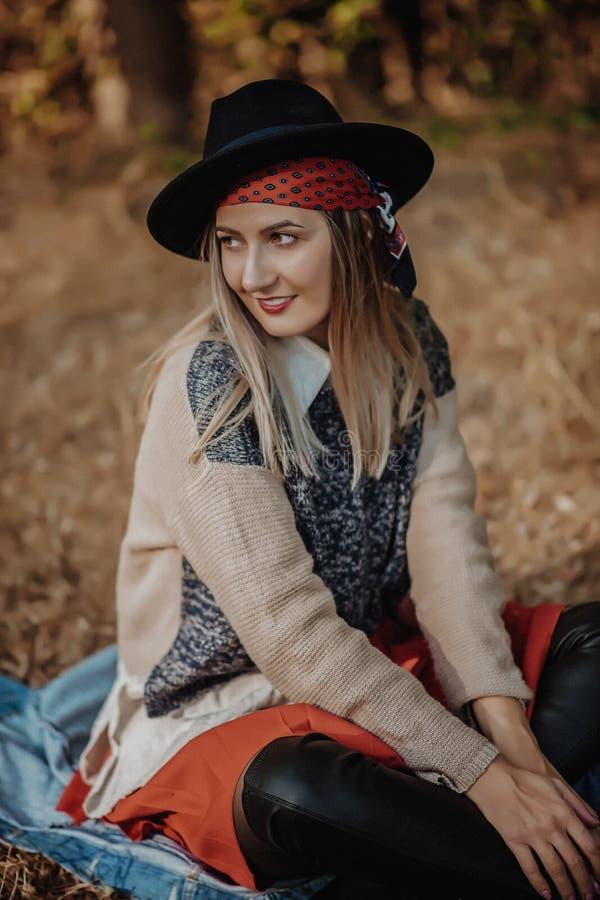 Muchacha rubia sonriente Retrato de la mujer joven hermosa feliz imagenes de archivo