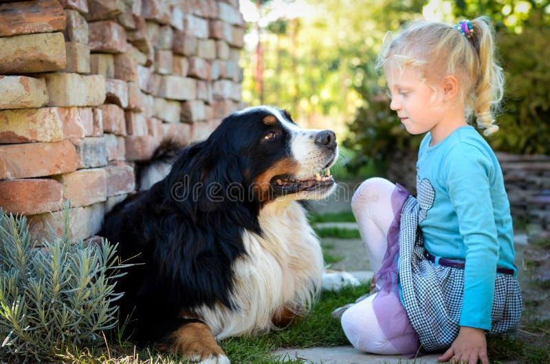 Muchacha rubia y un perro imagen de archivo