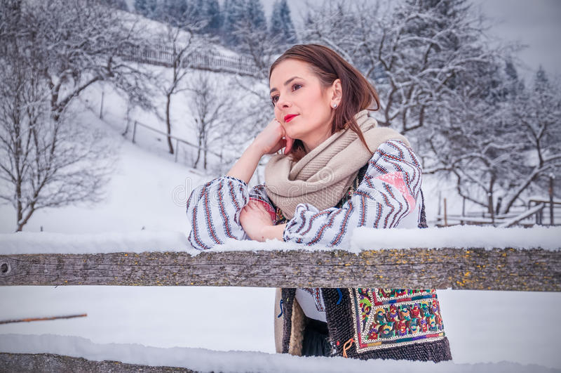 Muchacha rumana hermosa en traje tradicional foto de archivo libre de regalías