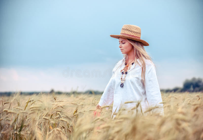 Muchacha rural en campo foto de archivo