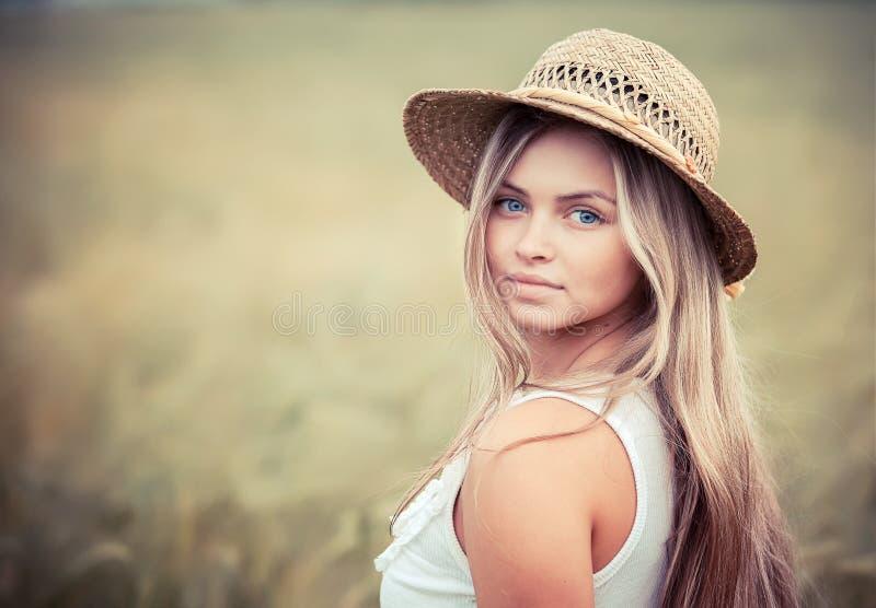 Muchacha rural en un sombrero de paja fotos de archivo
