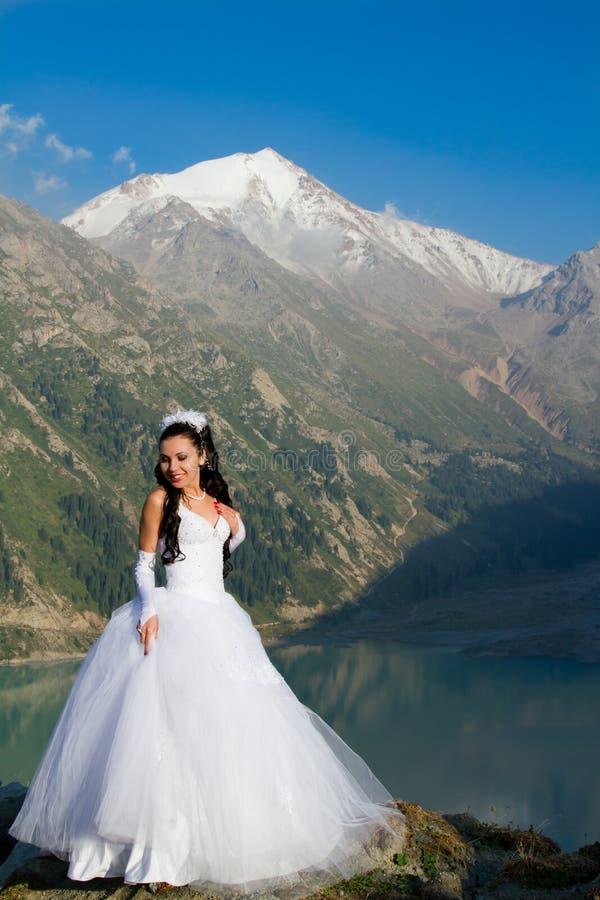 Muchacha rusa atractiva la novia en una alineada de boda imagen de archivo libre de regalías