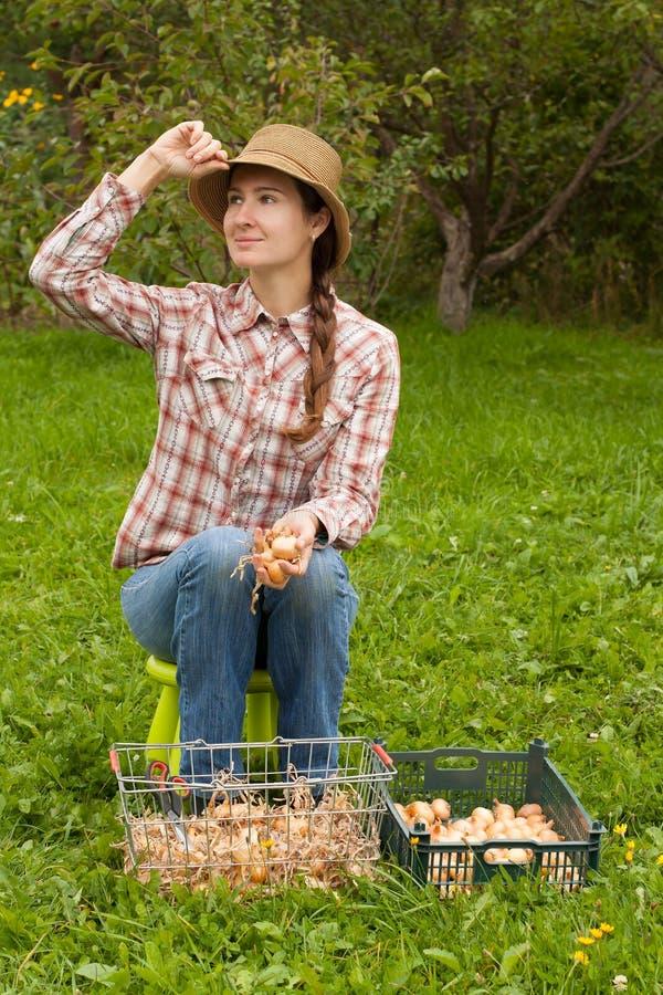 Muchacha rusa con las cebollas foto de archivo