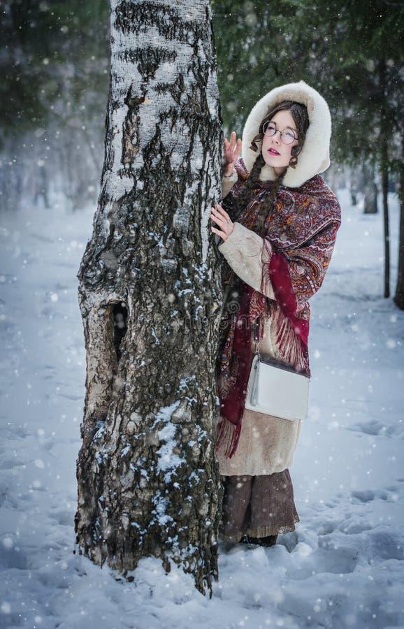 Muchacha rusa en una bufanda nacional brillante que juega escondite imágenes de archivo libres de regalías