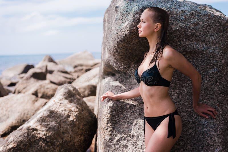Muchacha rusa hermosa joven atractiva en poco bikini negro Mujer delgada del cuerpo en la playa tropical en Tailandia Vacaciones  foto de archivo