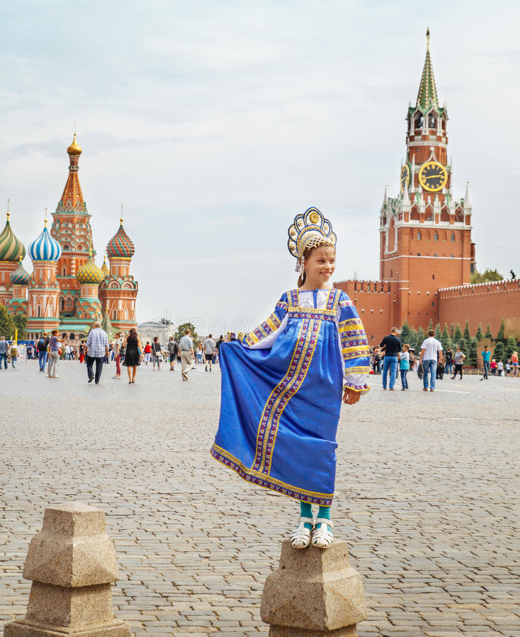 Muchacha rusa joven que lleva el traje tradicional en el cuadrado rojo en Moscú imagen de archivo