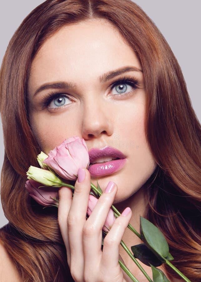 Muchacha sana hermosa joven de la primavera con la flor rosada a disposición imagenes de archivo