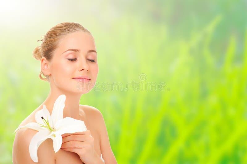 Muchacha sana joven con la flor en backgr de la primavera fotografía de archivo libre de regalías