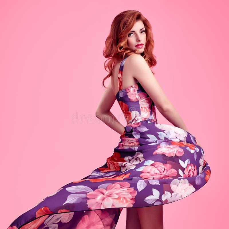 Muchacha sensual del pelirrojo de la moda Vestido de flores del verano imagen de archivo