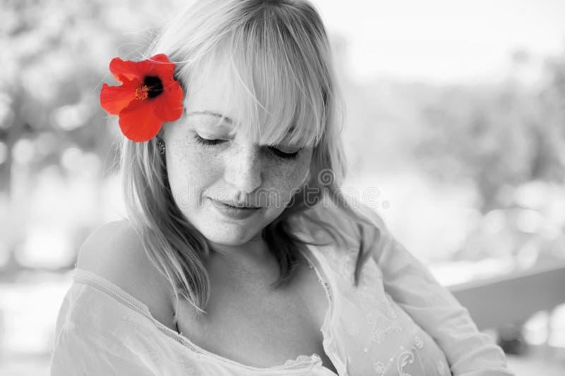 Muchacha sexual con las flores fotos de archivo libres de regalías