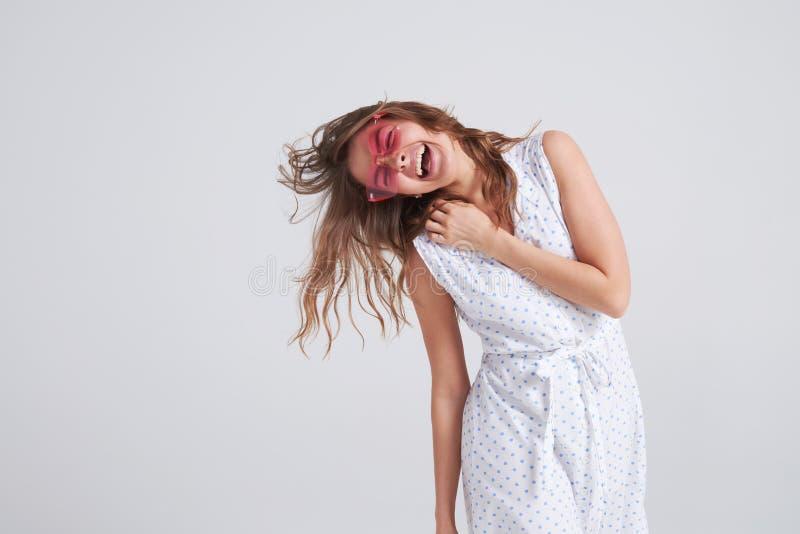 Muchacha sincera en las gafas de sol rosadas que van locas haciendo la cara divertida fotos de archivo
