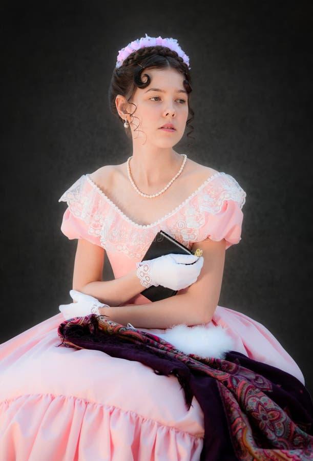 Muchacha soñadora romántica con un libro en sus manos foto de archivo