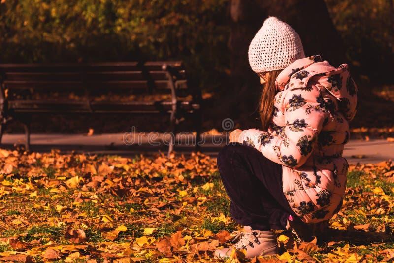 Muchacha sola en el parque foto de archivo