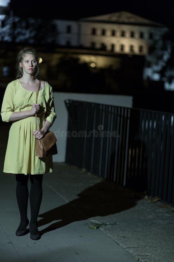 Muchacha sola que camina en la noche fotos de archivo