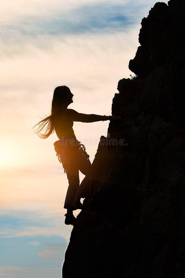 Muchacha solamente durante una subida en un paisaje fantástico de la montaña en s foto de archivo libre de regalías