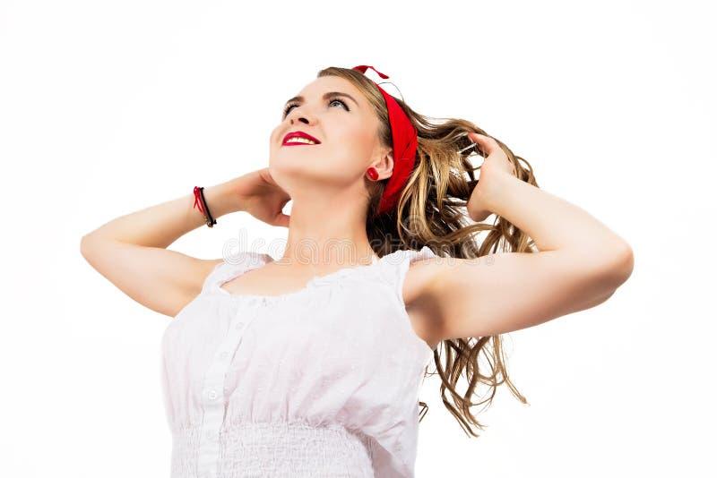 Muchacha sonriente caucásica atractiva del perno-para arriba con el pelo que sopla Aislado en blanco imagen de archivo libre de regalías